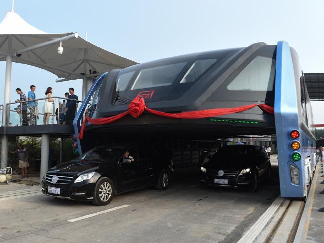 Autobuzul futurist din China care permite traficul să treacă sub ea.